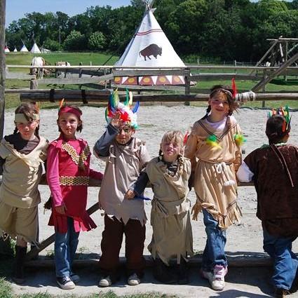 Enfants déguisés en indiens - Tipis d'hôtes Languidic Morbihan